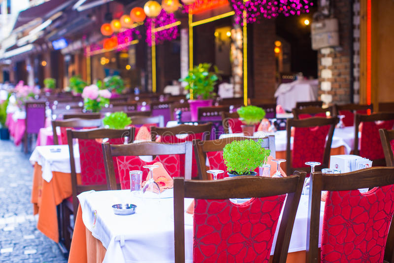 Ресторан лета пустой под открытым небом на туристском городе стоковые фото