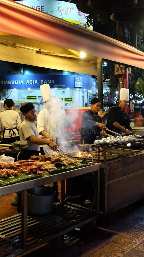 Ресторан кухни улицы, повара подготавливает снаружи еды стоковое изображение rf