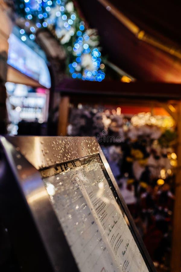 Ресторан меню на открытом воздухе предусматриванный с падениями воды стоковая фотография