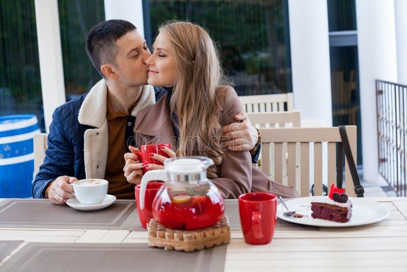 Ресторан на улице парень с кофе и чаем питья девушки горячими стоковая фотография