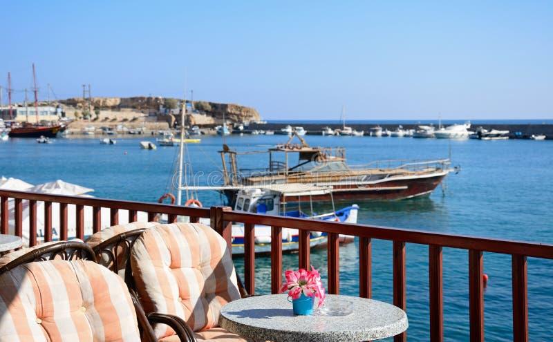 Ресторан обозревая гавань Hersonissos, Крит стоковые фото