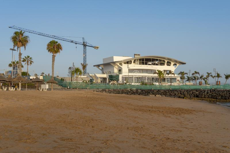 Ресторан под конструкцией на пляже Тенерифе стоковые изображения rf