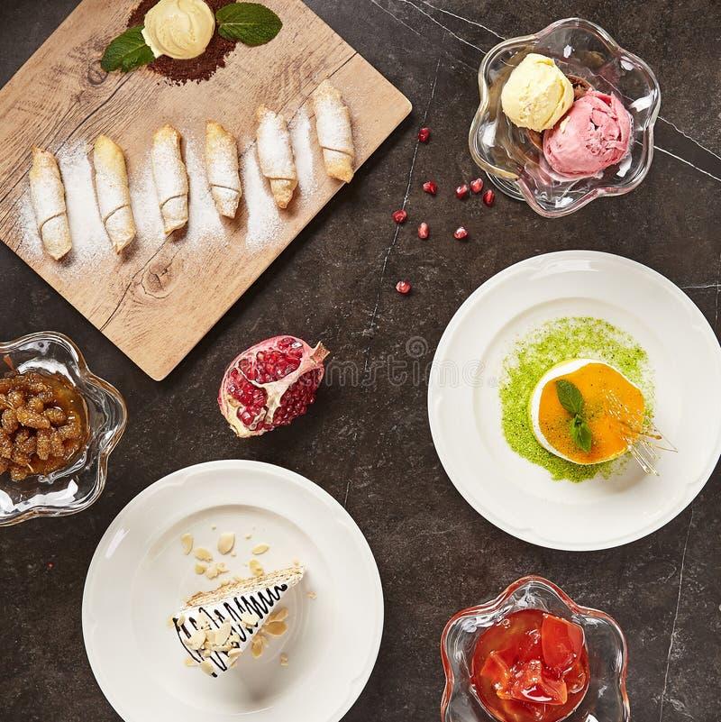 Ресторан служа мини взгляд сверху концепции десертов стоковые фото