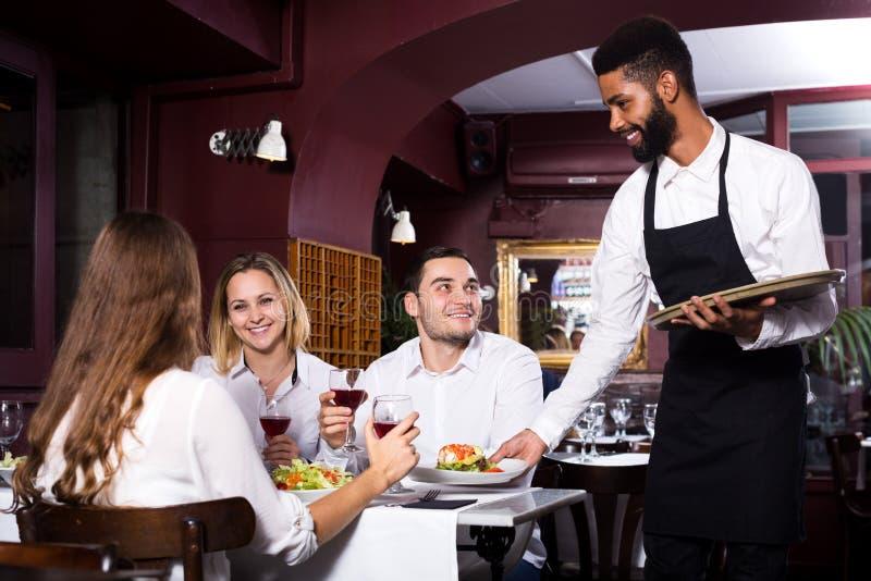 Ресторан среднего класса и жизнерадостный кельнер стоковое фото rf