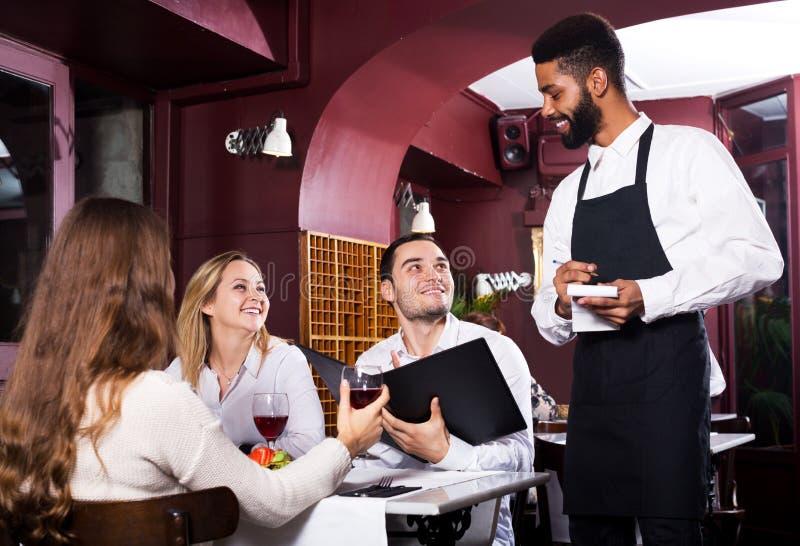 Ресторан среднего класса и жизнерадостный кельнер стоковая фотография rf