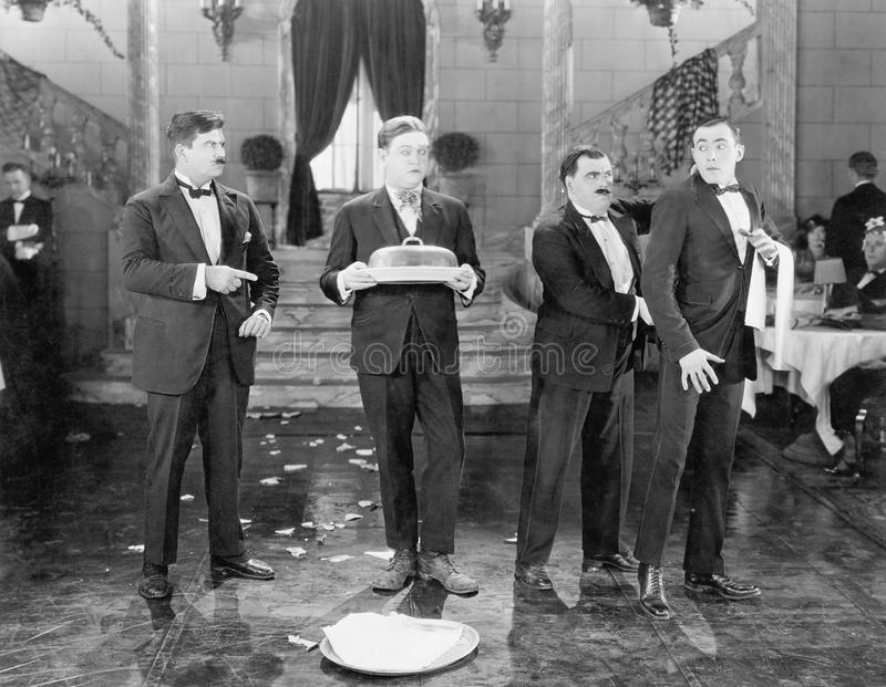 Ресторан с 2 менеджерами и 2 плиты кельнеров и сломленных (все показанные люди более длинные живущие и никакое имущество не сущес стоковое изображение