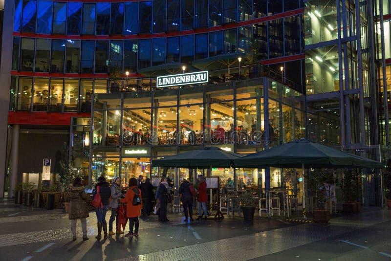 Ресторан Lindenbrau в центре Sony на Потсдамской площади berlin Германия стоковая фотография rf