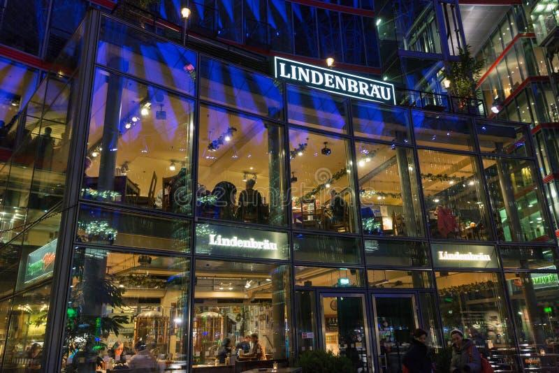 Ресторан Lindenbrau в центре Sony на Потсдамской площади berlin Германия стоковые изображения