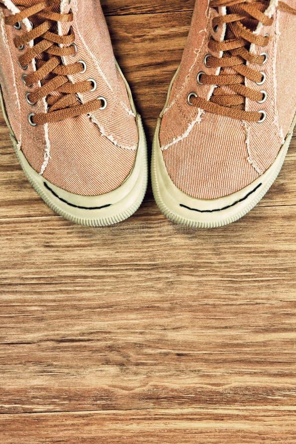 Ретро ботинки спортзала стиля на деревянной предпосылке с пустым космосом стоковое изображение rf