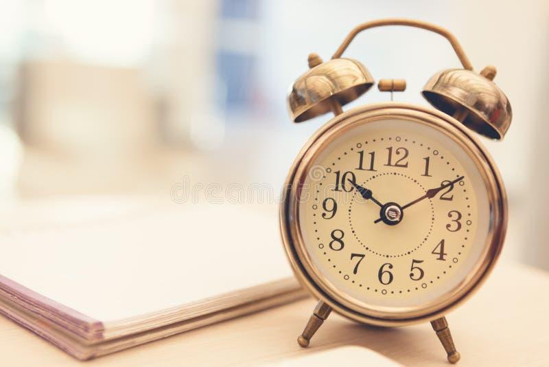 Ретро будильник на таблице стоковые фото