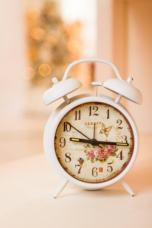 Ретро будильник с 5 минутами к часами ` 12 o Фото фильтрованное старым стилем стоковая фотография