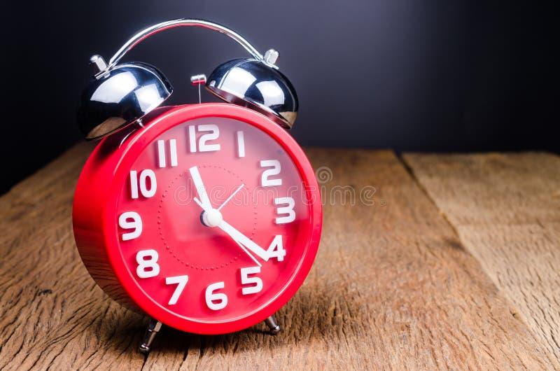 ретро будильника красное стоковое изображение rf