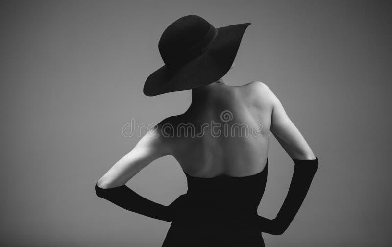 Ретро введенная в моду женщина в черно-белом стоковое фото rf
