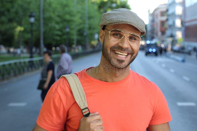Ретро введенный в моду этнический человек усмехаясь outdoors стоковая фотография rf