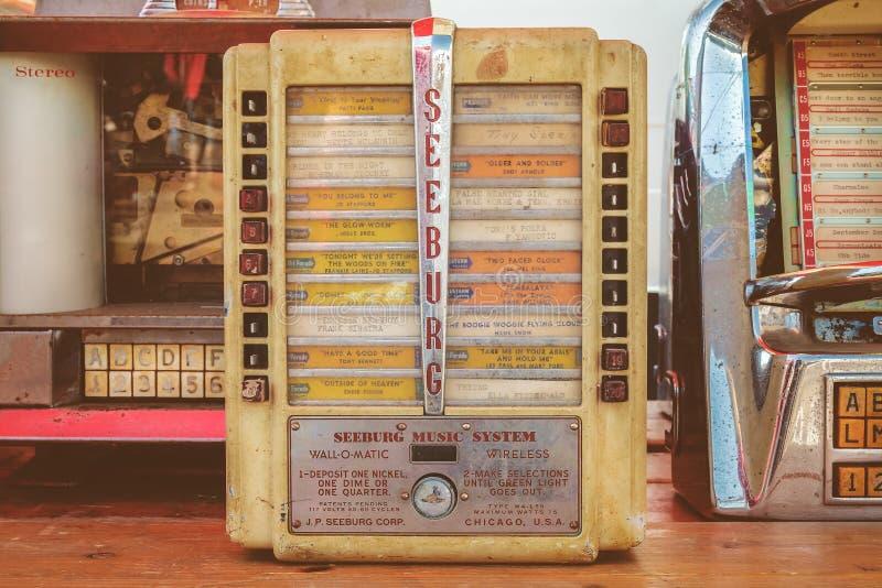 Ретро введенное в моду изображение винтажных малых музыкальных автоматов стены на исчезать mar стоковые фото
