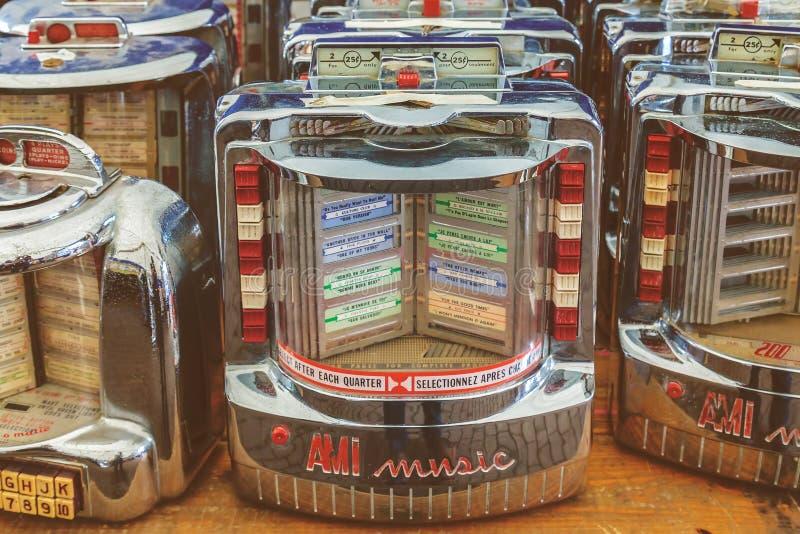 Ретро введенное в моду изображение винтажных малых музыкальных автоматов стены на за пятьдесят стоковое фото rf