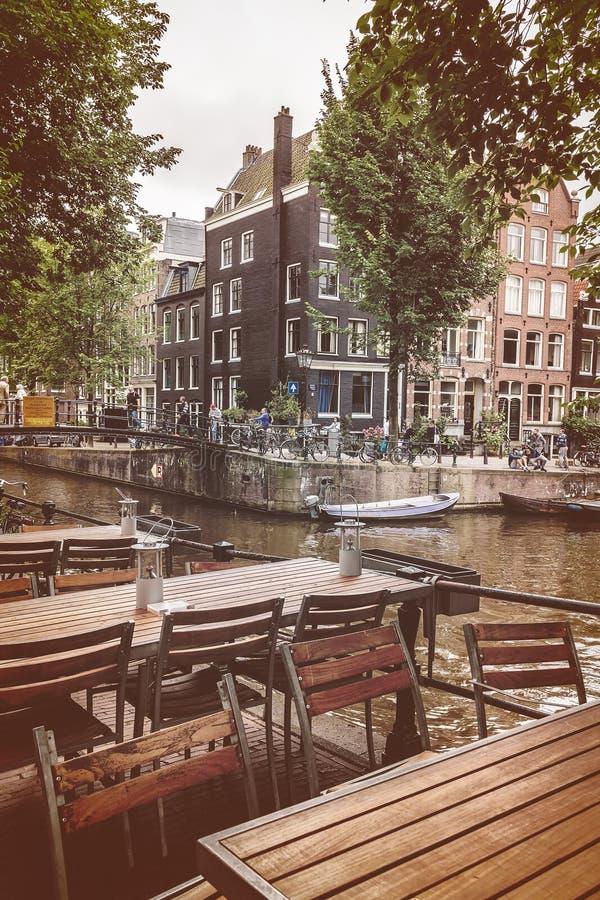Ретро введенное в моду изображение пустых таблиц ресторана в Амстердаме стоковые изображения rf
