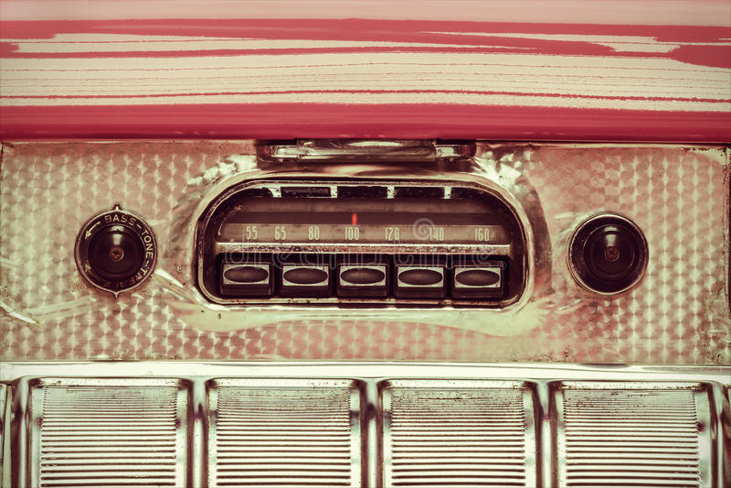 Ретро введенное в моду изображение старого автомобильного радиоприемника стоковые фото