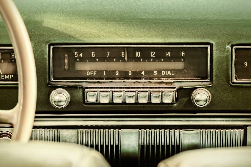 Ретро введенное в моду изображение старого автомобильного радиоприемника стоковые изображения rf
