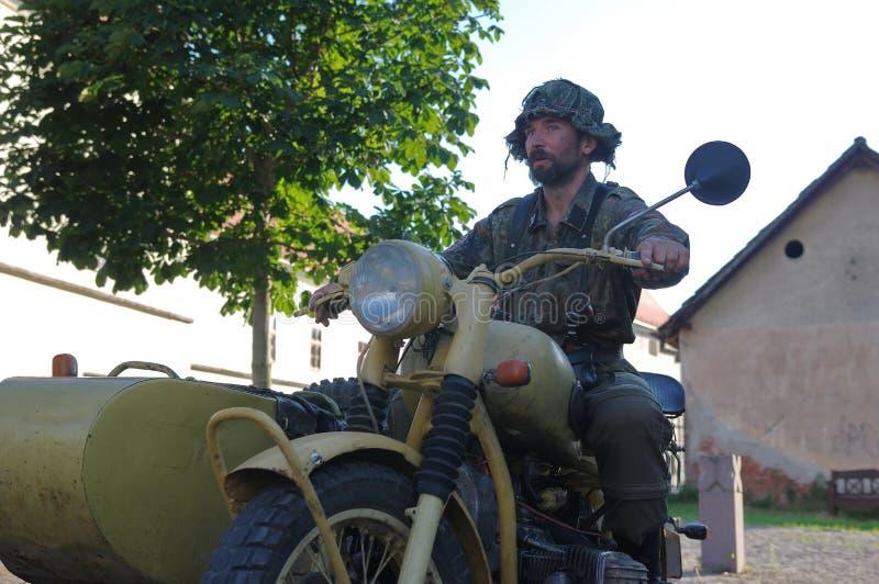 Ретро введенный в моду велосипедист с старым мотоцилк стоковые изображения rf