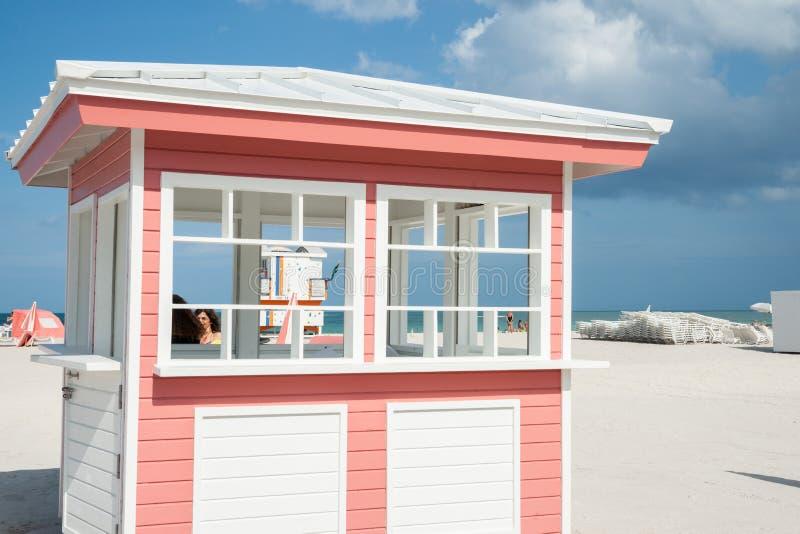 Ретро введенный в моду розовый и белый киоск тимберса на пляже на Майами с стоковые изображения