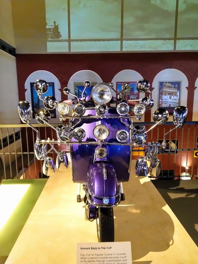 Ретро винтажный изготовленный на заказ скутер имея много зеркал, фару во фронте стоковые фотографии rf
