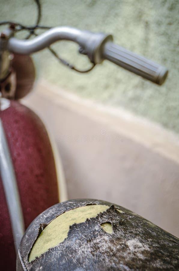 Ретро винтажный мотоцикл с сорванной седловиной стоковые фотографии rf