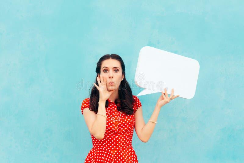Ретро девушка при пузырь речи делая объявление стоковое изображение rf