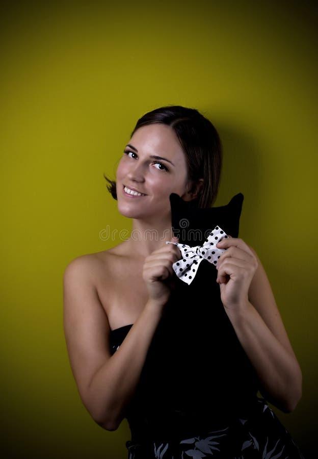 Ретро девушка с черным котом стоковое фото rf