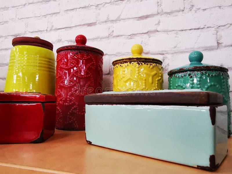 Ретро декоративные покрашенные керамические коробки стоковое фото