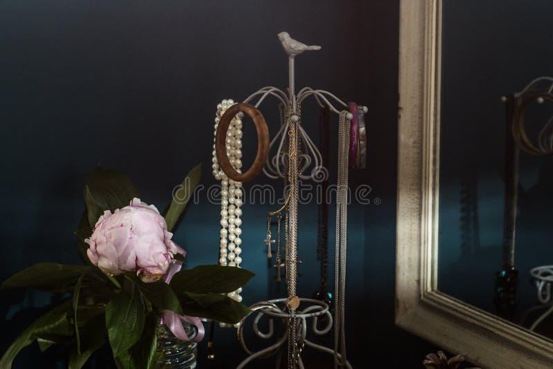 Ретро дизайн интерьера с старыми ювелирными изделиями, цветком пиона и зеркалом стоковая фотография rf
