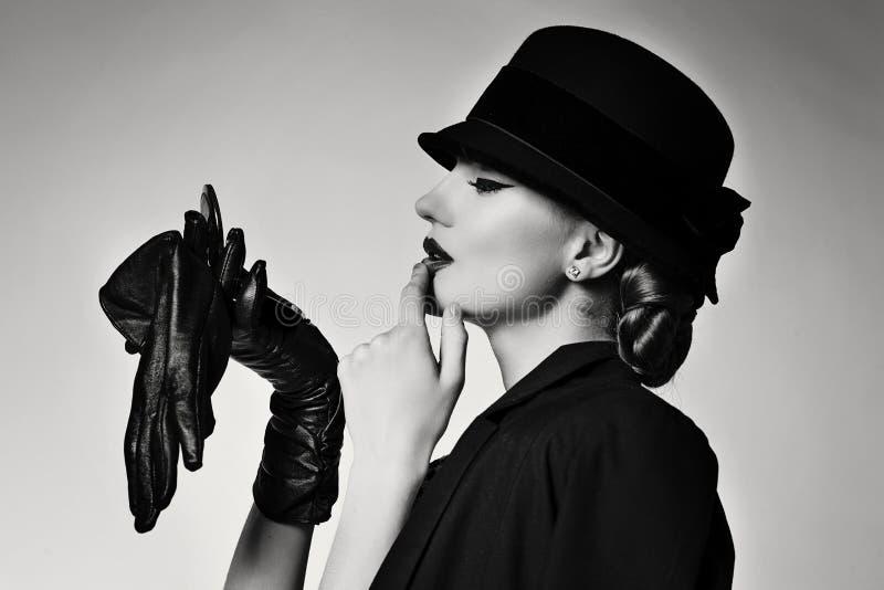 Ретро девушка в куртке и шляпе стоковая фотография