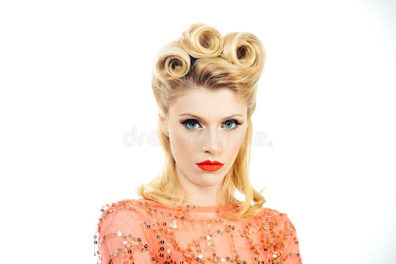 Ретро Женщина с красными губами кричит с удивлением радости Вау Портретная блондинка-блондинка в стиле пикапа Улыбающаяся ретро стоковая фотография rf