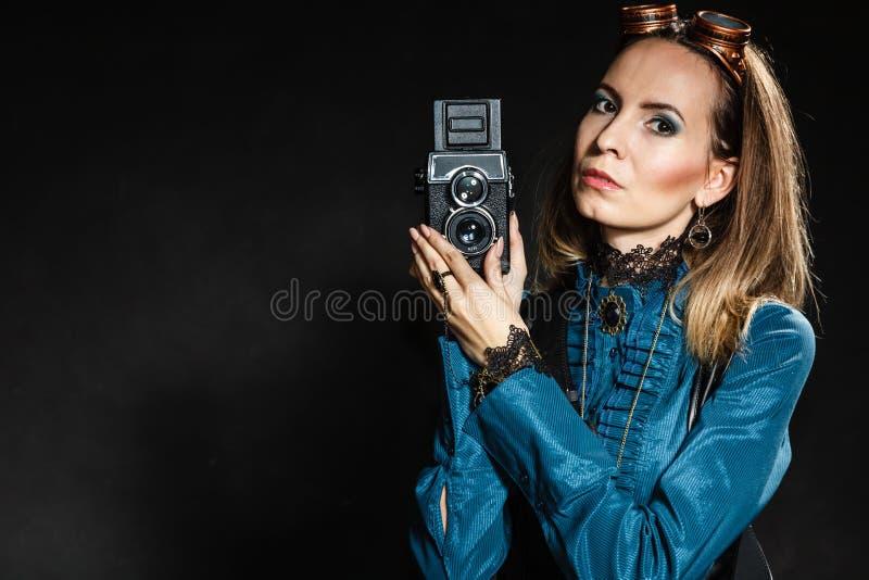 Ретро женщина с старой камерой Steampunk стоковые фото