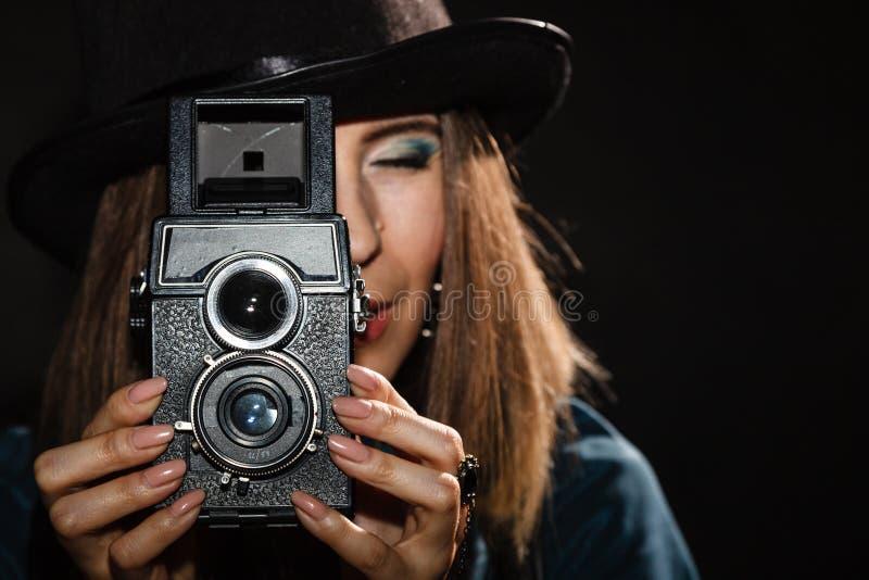 Ретро женщина с старой камерой Steampunk стоковое изображение
