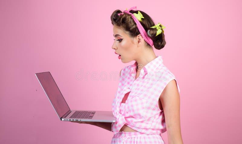 Ретро женщина с moneybox Милая девушка в винтажном стиле Домохозяйка штырь вверх по женщине с ультрамодным макияжем девушка pinup стоковое изображение rf