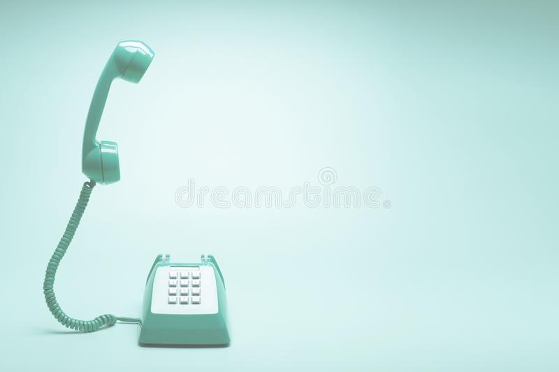 Ретро зеленый телефон на предпосылке зеленого цвета teal стоковая фотография rf