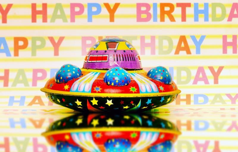 Ретро игрушка UFO с С ДНЕМ РОЖДЕНИЯМИ стоковое фото rf