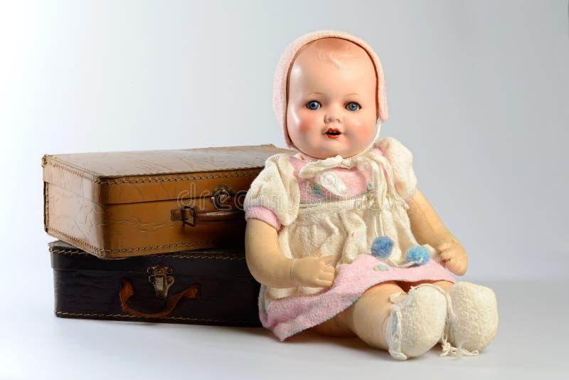 Ретро игрушки, винтажная кукла и старые чемоданы стоковое фото rf