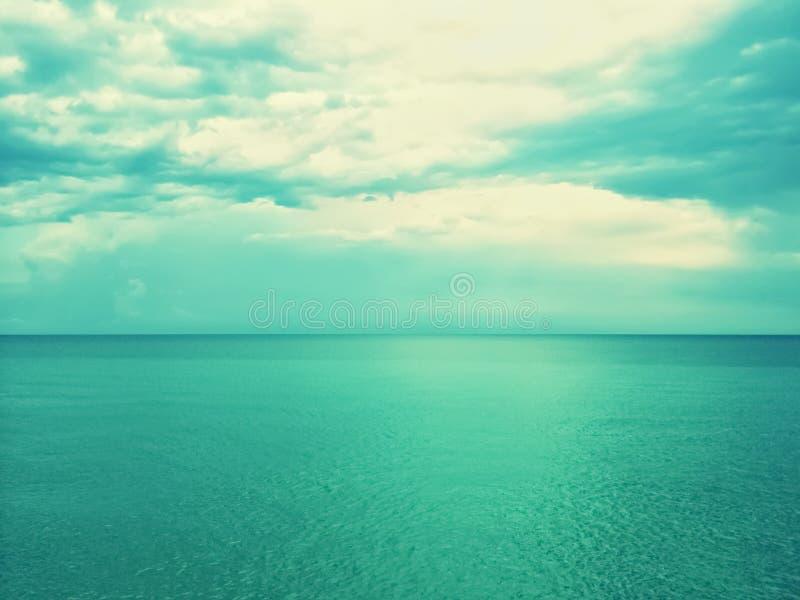 Ретро изображение моря и неба в зеленых тенях стоковое фото rf