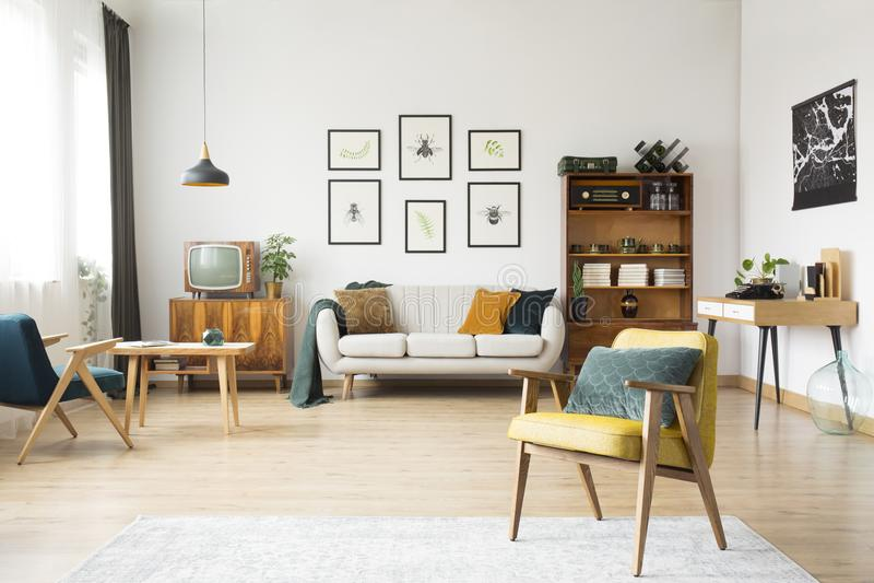 Ретро интерьер живущей комнаты стоковые фотографии rf