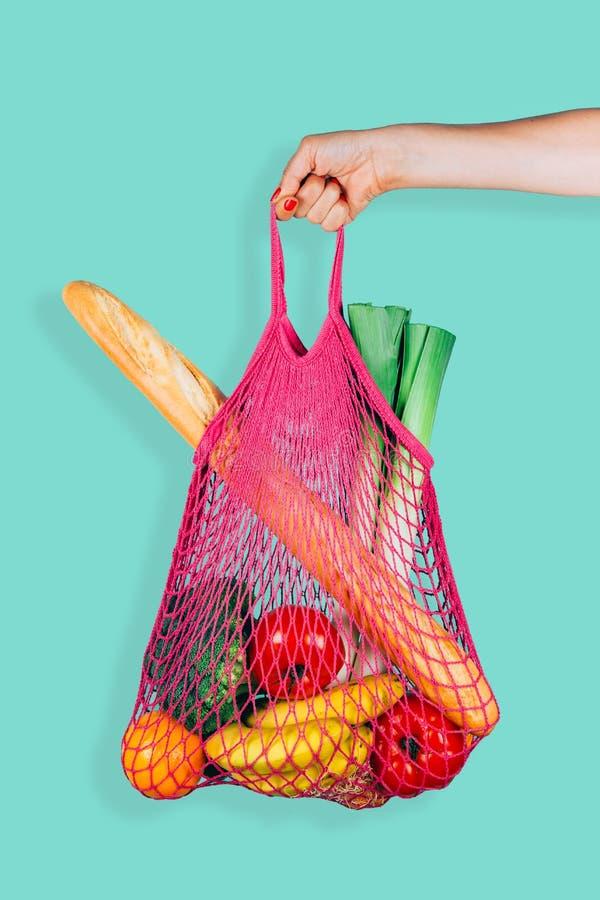 Ретро и экологическая хозяйственная сумка строки в руке женщины стоковая фотография rf