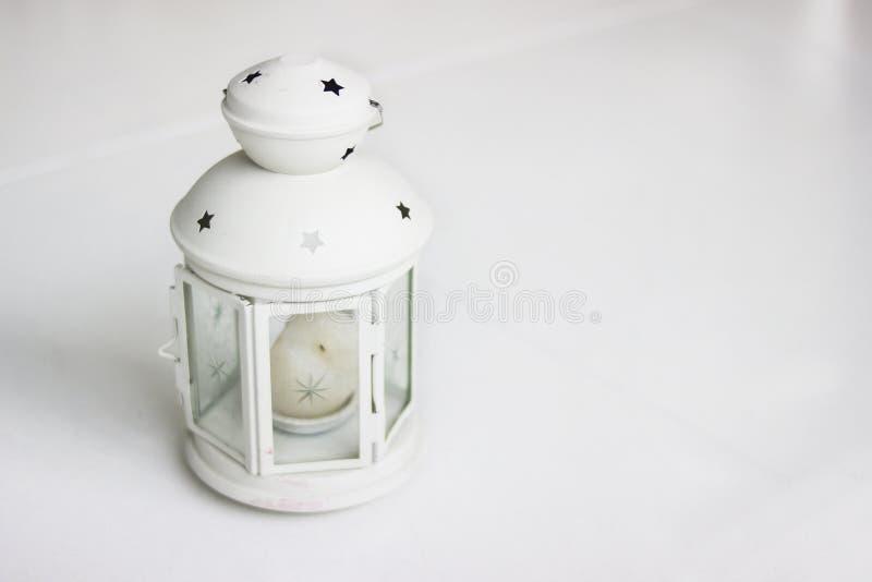 Ретро канделябры с горящими свечами Подсвечник белой лампы С свечой стоковое фото