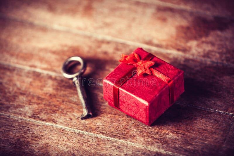 Ретро ключ и меньший красный подарок стоковое изображение rf
