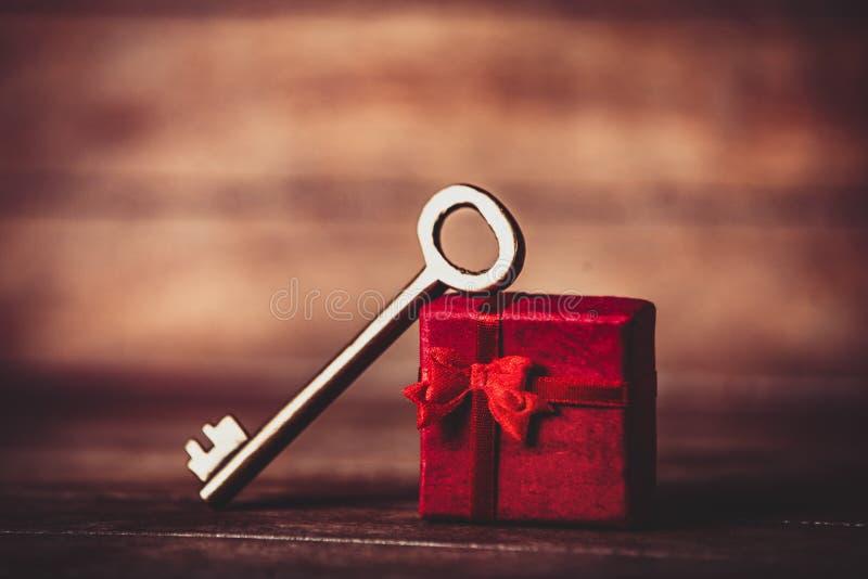 Ретро ключ и меньший красный подарок стоковые изображения