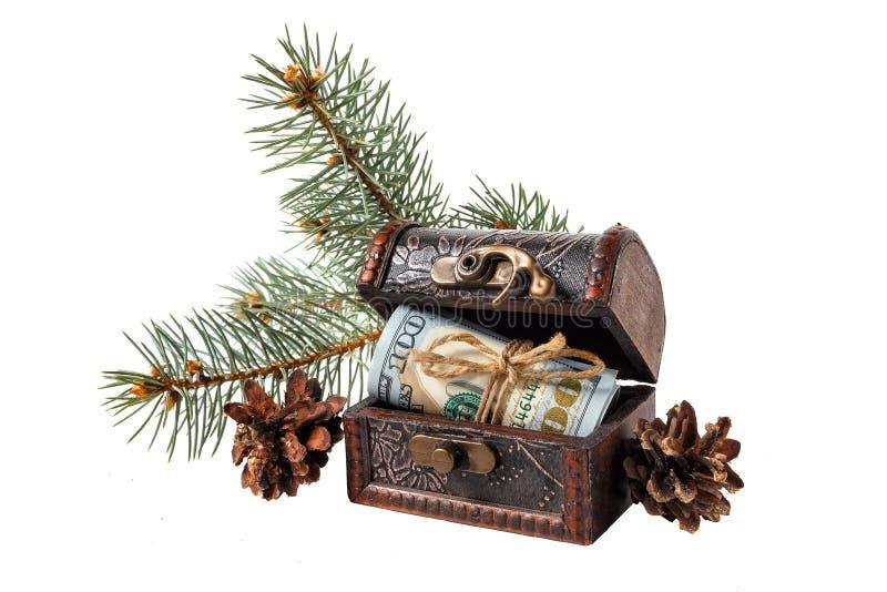 Ретро комод при долларовые банкноты, ветви сосны и конусы изолированные на белой предпосылке стоковое фото rf