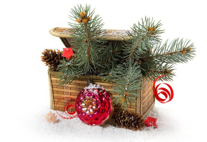 Ретро комод, шарик рождества и сосна стоковые фото