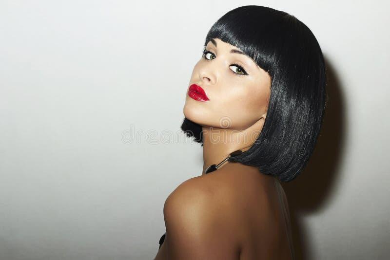 Ретро красивая девушка брюнет Woman.bob Haircut.red lips.beauty стоковые фотографии rf