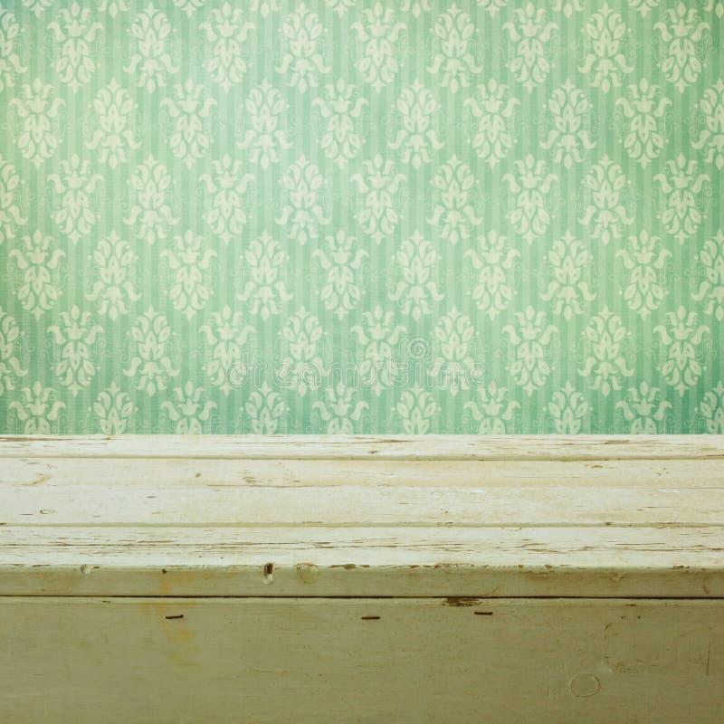 Ретро классические обои и деревянный стол стоковое изображение rf