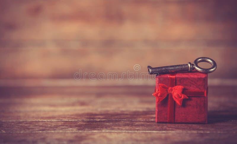 Ретро ключ и меньший красный подарок стоковая фотография rf